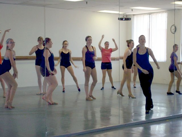 Cleveland area students learning fomr Rockette Melissa Thomas Edington